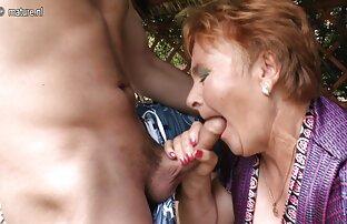 La lesbiana flaca Sherry Raily se mete los abuelo gay cojiendo dedos en el coño de Charlotta