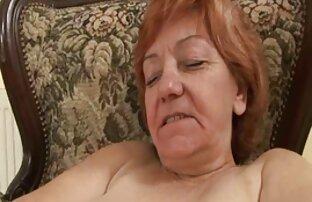 La MILF de pelo castaño Carla ama chicos guapos gay cojiendo chupar pollas
