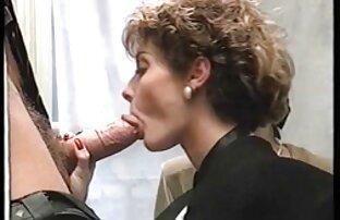 Dos lesbianas calientes se folla a su amigo gay al placer